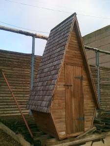 Деревянные туалетные кабины - обзор популярных моделей. в чем их приемущества