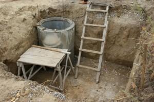 Этапы строительства туалета на бетонных кольцах